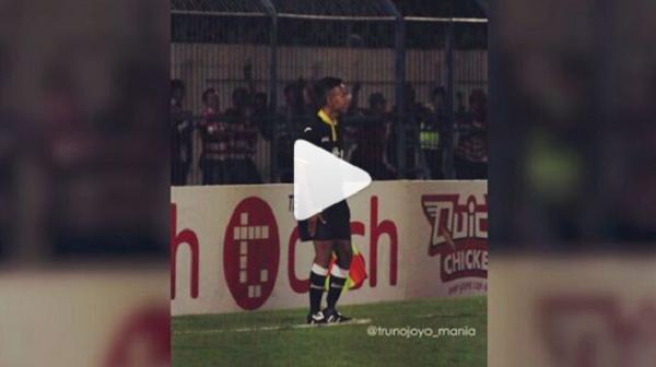 VIDEO Kocak! Hakim Garis Lagi Asyik Berjoget Saat Madura United Bertanding