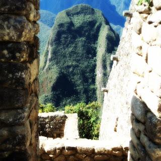 O Putucusi Emoldurado por Construções Incas - Machu Picchu [Peru]