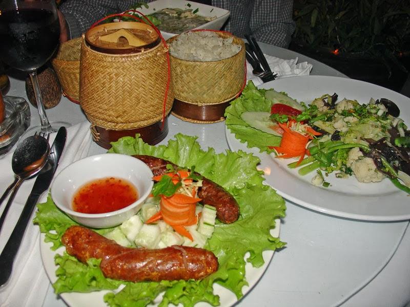 Repas composé de spécialités laotiennes à Luang Prabang
