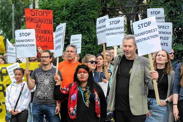 Participantes protestam contra o Brasil.