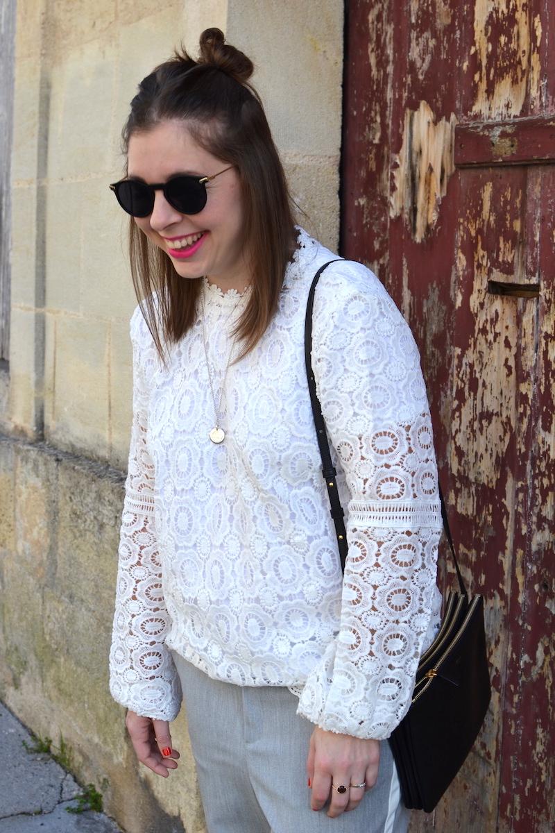 top en dentelle Shein, pantalon tailleur gris bande blanche Zara, trio bag noir Céline, lunette de soleil Asos, médaille l'atelier d'amaya