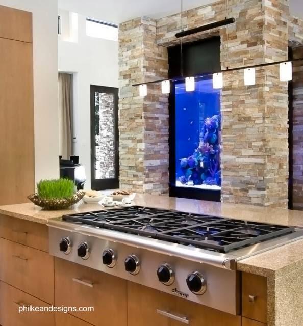 Moderno acuario en una pared de cocina