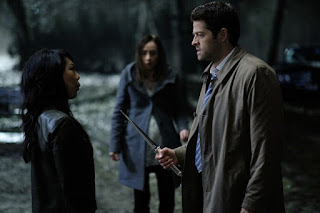 "Ali Ahn as Dagon, Courtney Ford as Kelly Kline, Misha Collins as Castiel in Supernatural 12x19 ""The Future"""