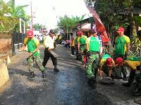Dukung Percepatan Pembangunan Desa, Yonif Para Raider 501 Kostrad Karya Bhakti Aspal Jalan