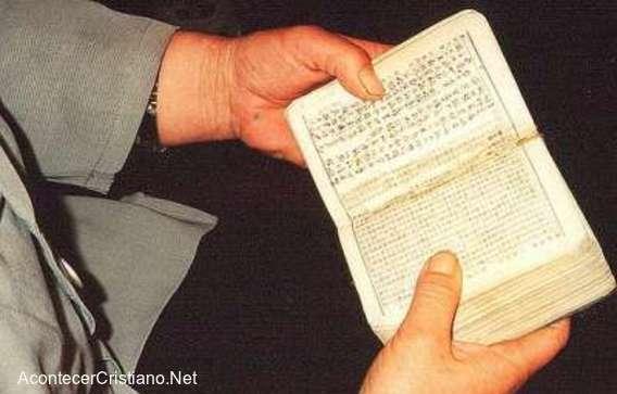Hombre leyendo Biblia cristiana en chino
