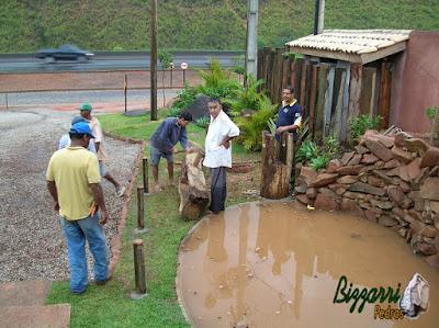 Peça de madeira de Jacarandá já instalada onde vai encaixar o eixo de madeira para o monjolo funcionar no lago com pedras com a bica de madeira.