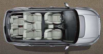 L'interieur de la voiture land rover discovery sport avec 7 places