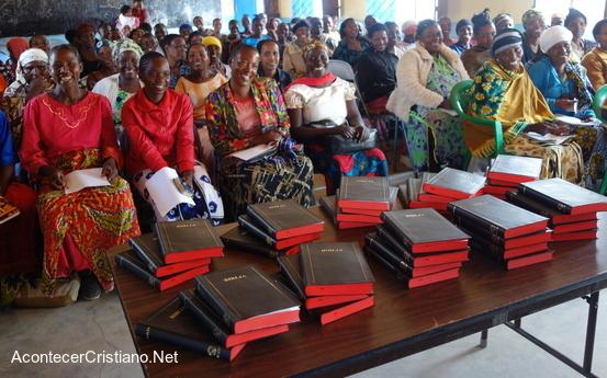 Distribuyen Biblias en Tanzania