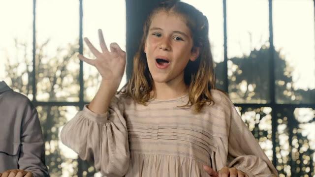 Una de las protagonistas en lengua de signos del comercial de Gadis A Maxia do noso