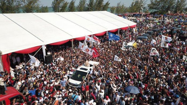 Bermandikan Keringat, Prabowo Salami Para Pendukungnya di Batam