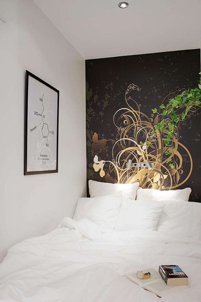 Dormitorio decorado con un mural