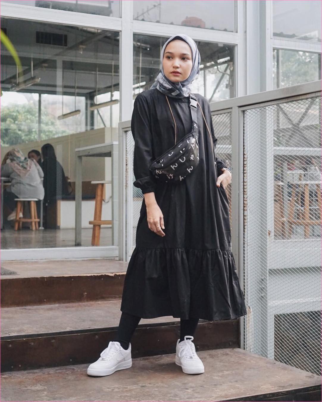 Outfit Baju Tunic Untuk Hijabers Ala Selebgram 2018 baju tunic hitam kets sneakers putih legging slingbags hijab square kerudung segiempat abu tua ciput rajut jam tangan ootd trendy kekinian kaca tangga kayu cafe jam tangan
