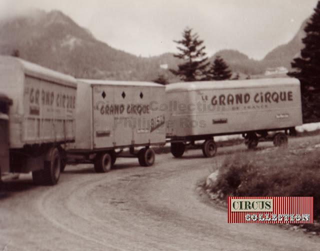train routier composé d'un camion et de deux roulottes du Grand cirque de France