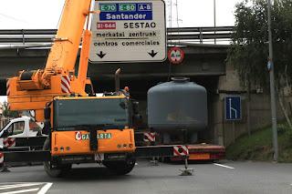 Labores de desbloqueo de la carga en el túnel de la A8 en Kareaga