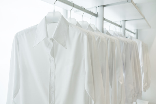 cara merawat kemeja putih agar bersih dan rapi
