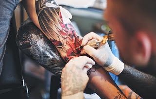 tatuando tinta roja 1