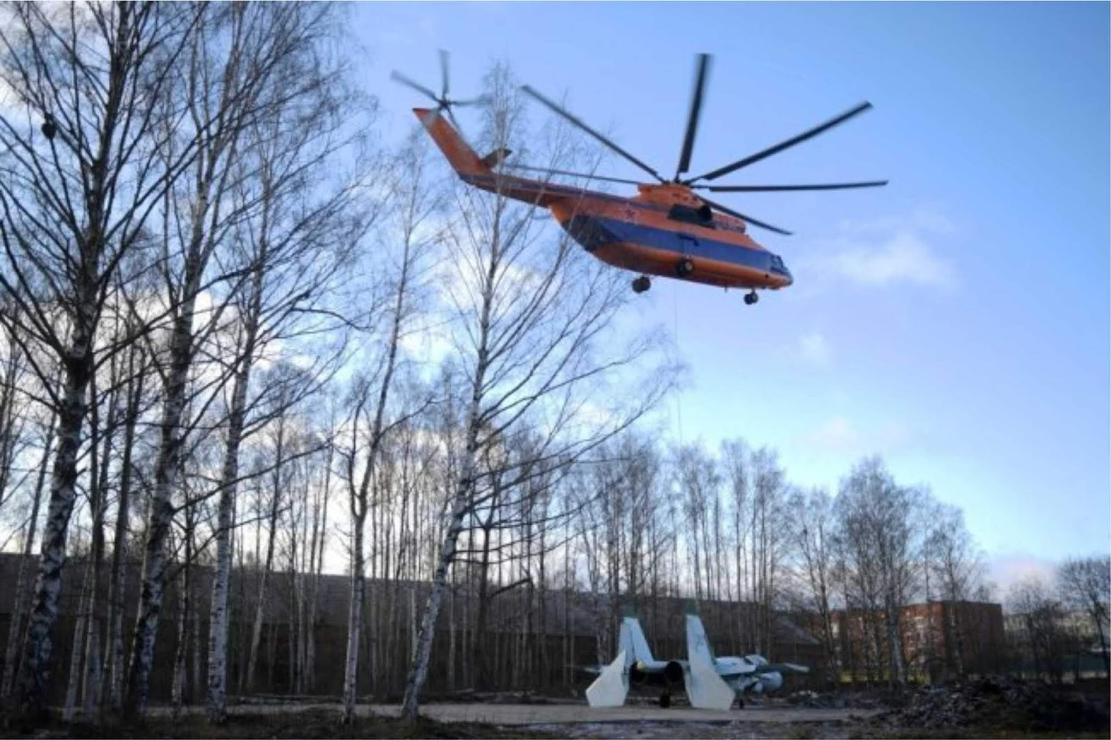 Video pemindahan pesawat tempur Su-27 menggunakan helikopter Mi-26
