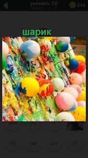 на поверхности расположены цветные шарики