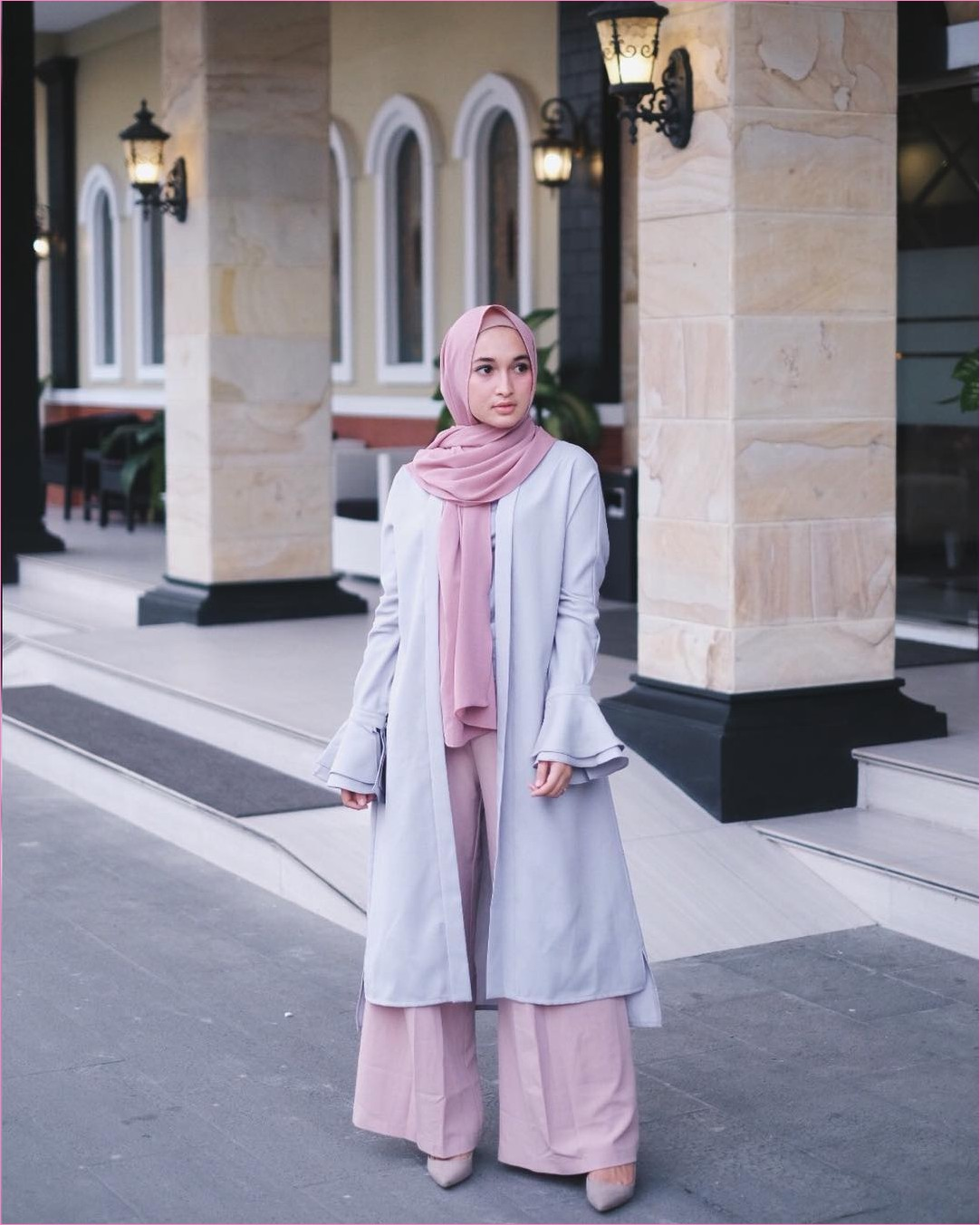 Outfit Kerudung Pashmina Ala Selebgram 2018 hijab pashmina diamond pink muda ciput rajut outer cardigan lengan terompet abu muda t-shirt celana cullotes pink pallazo high heels krem wedges ootd trendy kekinian lampu keramik