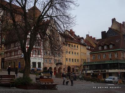 Η πλατεία μπροστά από το κάστρο της Νυρεμβέργης στη Γερμανία / In front of Nuremberg's castle