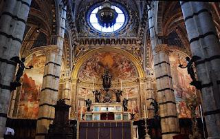 le maître-autel avec une immense Assomption de la Vierge par Bartolomeo Cesi (1594)