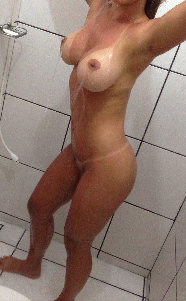 19 anos se masturbando e gozando no chuveiro - 4 5