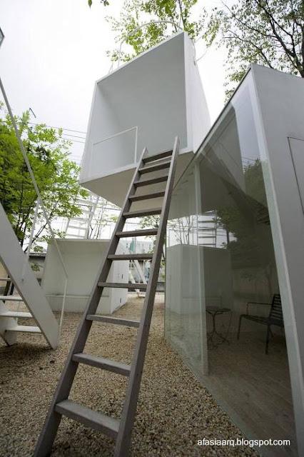 Escaleras exteriores de casa conceptual en el Japón