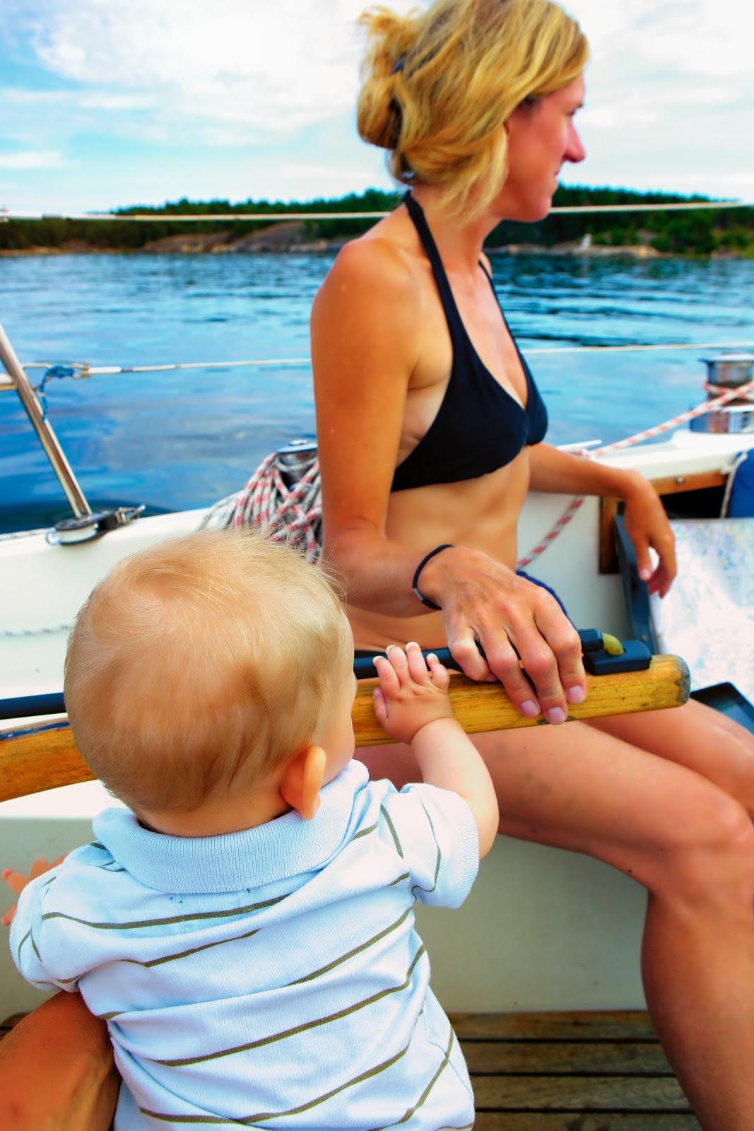 Lotta Löfwall får hjälp med att styra vår segelbåt Paragraf genom Stockholms skärgård