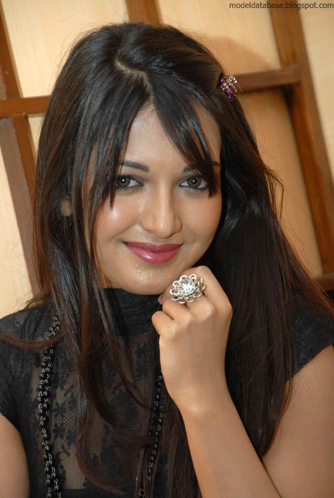 Alphabet U Wallpapers 3d Indian Singer And Model Monalisa Sizzlinh Hot Leg Show In