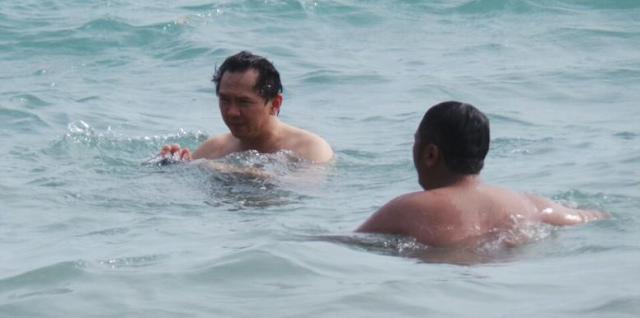 Ahok di Penjara, Fotonya sedang Berenang di Pantai Beredar di MedSos, Hoax Bukan?