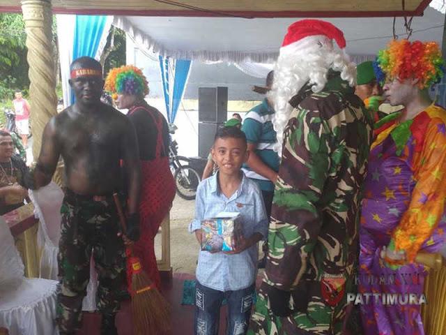 Santa Claus Satgas Yonif Kabaresi Bagikan Hadiah Natal
