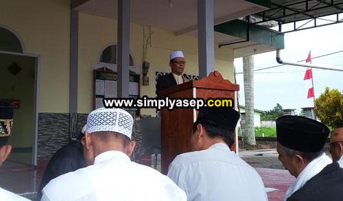 KHATIB : H.Ahmad Farhan saat memberikan khatibnya Sholat Idul Fitri di Masjid Babussalam Duta Bandara Kubu Raya pagi tadi (15/6). Foto Asep Haryono