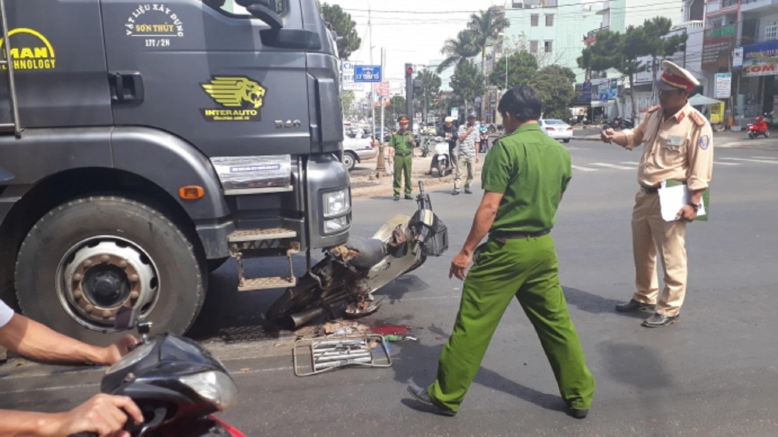 Gia Lai: Va chạm với xe tải, người đàn ông chở cá bị thương nặng