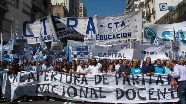 Maestros argentinos inician una huelga por mejoras salariales