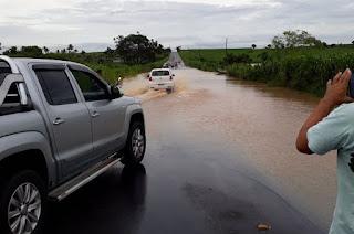 http://vnoticia.com.br/noticia/2499-forte-temporal-alaga-rj-224-no-limite-de-campos-com-sfi