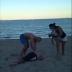 COMPÁRTELO - Vídeo - Papá noquea a un borracho fortachón que estaba acosando a sus hijas en la playa