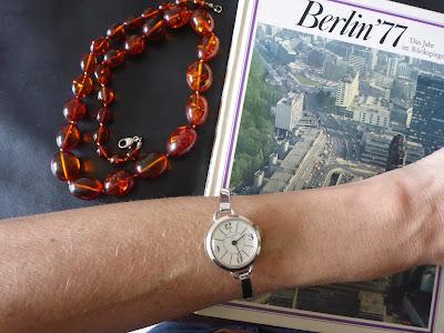Kette, Buch, Armbanduhr