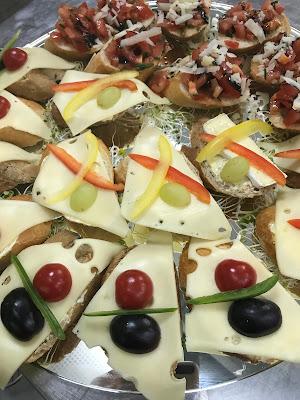 vegetarische Häppchen zum Hochzeitsempfang, Bunte Wiesenblumenhochzeit im Riessersee Hotel Garmisch-Partenkirchen, heiraten in Bayern, zwei Bräute, Regenbogen