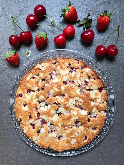 pastel esponjoso de frutos rojos receta