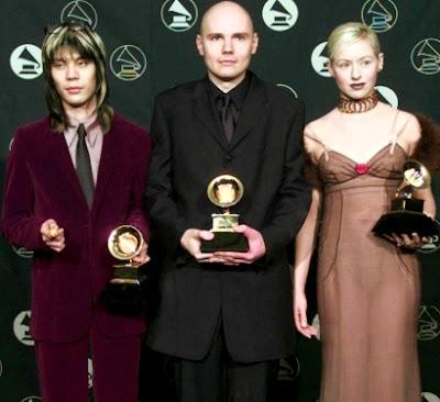 Foto de The Smashing Pumpkins con premios en la mano