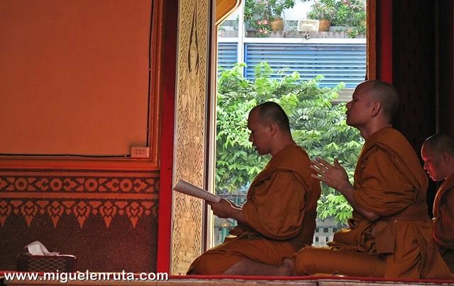 Monjes-oraciones-Buda