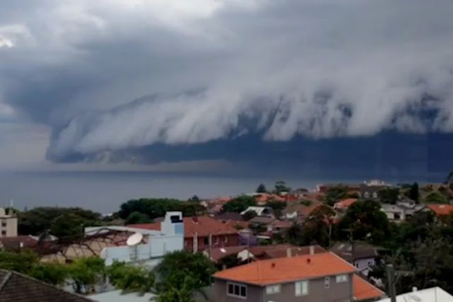 Viral! Awan Mirip Gelombang Tsunami di Langit Makassar yang Bahayakan Jalur Penerbangan