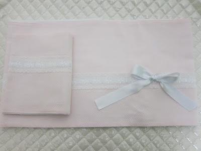 sabana en piqué rosa y tira bordada