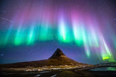 Monte Kirkjufell con las auroras boreales en verde y morado avistadas en septiembre
