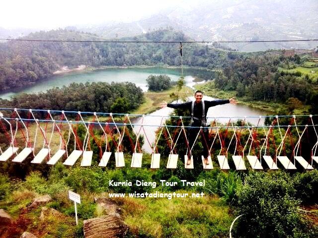 foto diatas jembatan merah putih dieng