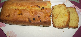 Cake flavored with apricots and raisins