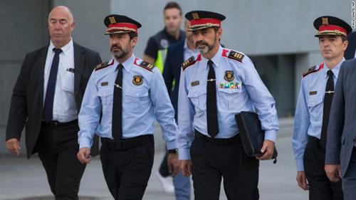 Ông Josep Lluis Trapero (thứ hai, phải sang) đến tòa ở Madrid ngày 6/10. Ảnh: CNN.