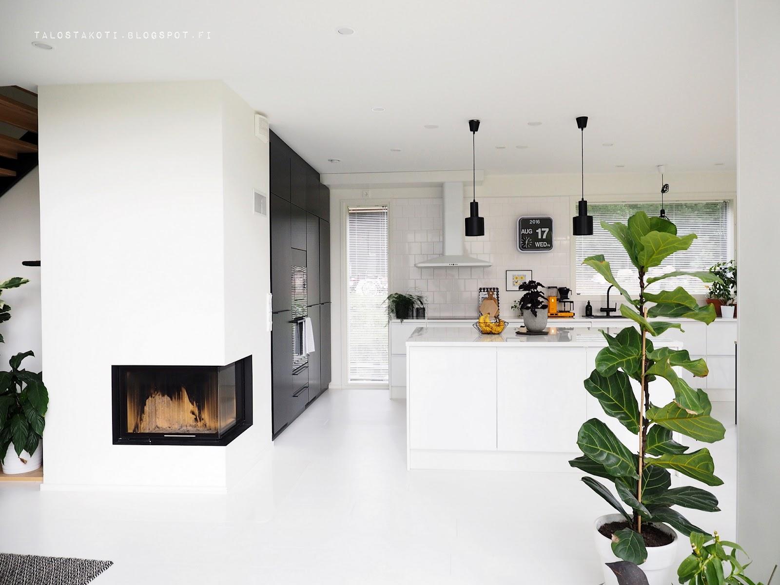 keittiö, moderni koti, takka keittiössä