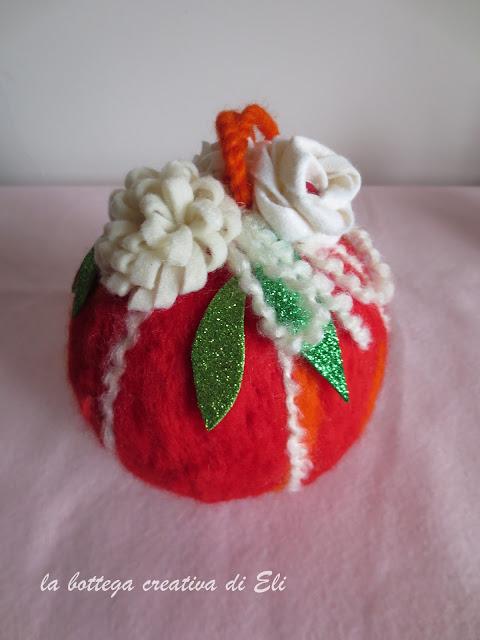 come-realizzare-una-pallina-natalizia-in-lana-cardata