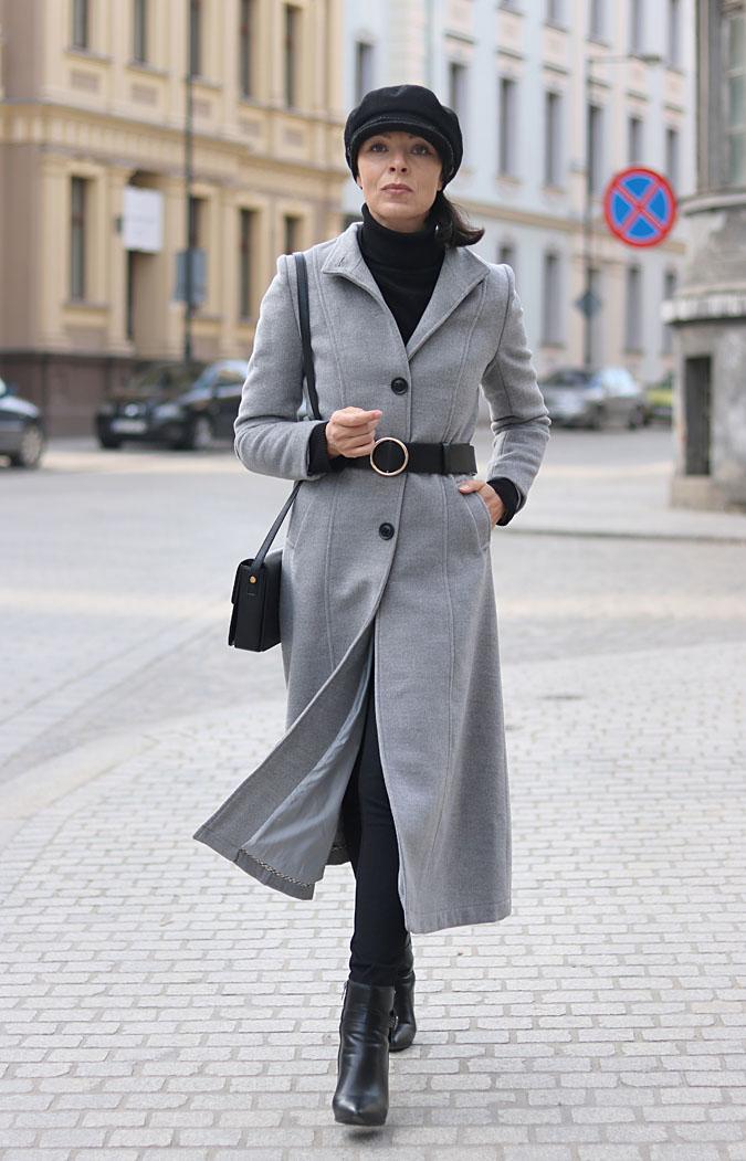 Szary płaszcz spiety paskiem